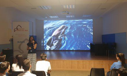 La Oceanógrafa Carmen Meléndez habla en «Noticias del Cole» sobre «Los cetáceos, los grandes desconocidos de las Islas», en un programa presentado por Keyla Rodríguez y Carlos León