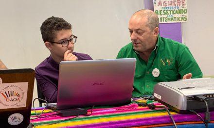 Tony Martín, profesor de Matemáticas y Coordinador de OAOA en «Personalidades», con Israel Cabrera y Raúl Barreto al otro lado del micrófono