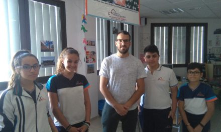 Lionel Báez, maestro del Club Karate Colegio Virgen del Mar, y el karateca Javier Álvarez, en «Deportes del Cole», entrevistados por Ivanna Hernández, Karla de la Rosa y Agoney Dorta