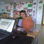 El locutor, Elihú Jiménez Perera, presenta la próxima jornada del CB. Colegio Virgen del Mar, en su programa «Haciendo deporte»
