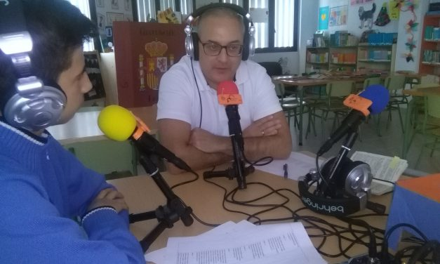 El periodista Sergio Negrín habla sobre la Democracia en un informativo dirigido por Ulises Martín