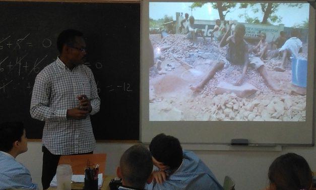 El Misionero Comboniano, Stephane Kamanga, es entrevistado por el locutor y alumno de 1º ESO-B, Rubén Tostado, para el «Nuestras Noticias», dirigido por Ubay Santos
